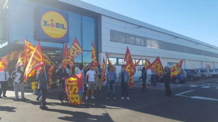MONCALIERI - Manifestazione dei lavoratori della Securpolis davanti il nuovo Lidl