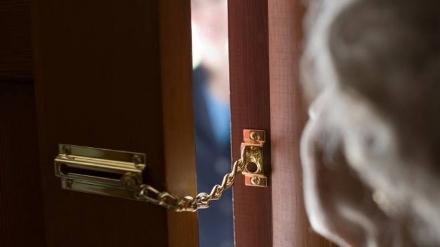 MONCALIERI - I truffatori finti vigili rubano anche la fede nuziale di un80enne