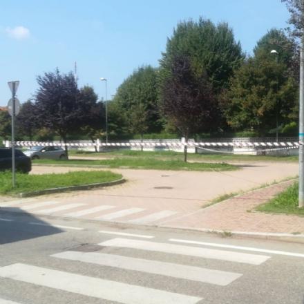 MONCALIERI - Il tombino è pericolante e il comitato di Borgata chiude il parcheggio