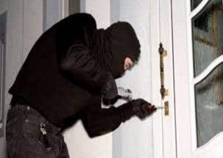 LA LOGGIA - Ancora furti in appartamento, uomo scova i ladri in casa mentre dorme e li rincorre