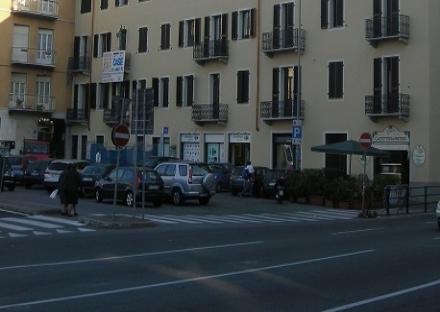 MONCALIERI - Picchiato in strada per rubargli il borsello