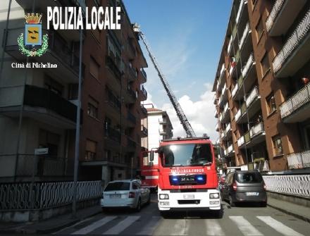 NICHELINO - Incendio in una mansarda, evacuato palazzo in via Di Nanni