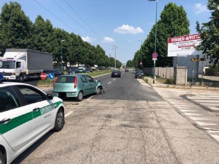 MONCALIERI - Provoca un incidente e guida con una patente falsa: denunciato