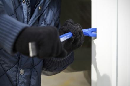 MONCALIERI - Si ritrova i ladri in casa al rientro: urla e li fa scappare