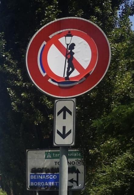 NICHELINO - I segnali stradali di divieto di fermata diventano stop alle prostitute
