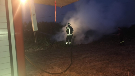 CARMAGNOLA - Incendio lungo via Sommariva: potature e sfalci dati alle fiamme