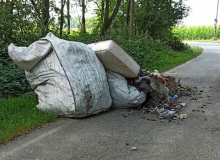PIOSSASCO - Scarico di rifiuti vergognoso sulla strada, in zona Lupi