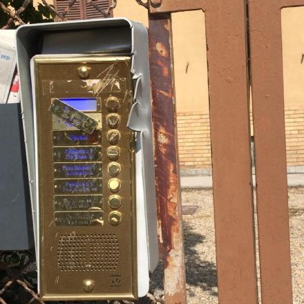 NICHELINO - Prende unaccetta, devasta un citofono e minaccia i passanti