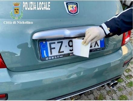 NICHELINO - Un adesivo sulla targa dellauto rubata per cambiarne i numeri: scopre tutto la polizia locale