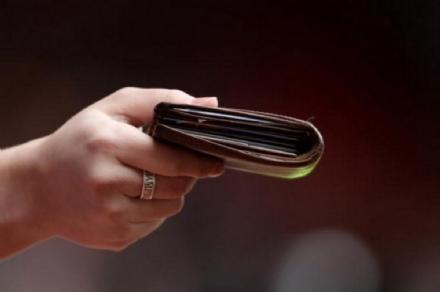 BEINASCO - Trova un portafoglio pieno di soldi fuori dal bancomat e lo riconsegna al proprietario