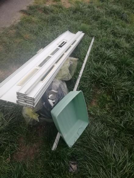 CARMAGNOLA - I maleducati non si fermano: rifiuti scaricati in via Ivrea