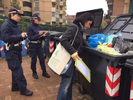 BEINASCO - Controlli dei vigili nei condomini per multare chi non fa la raccolta differenziata