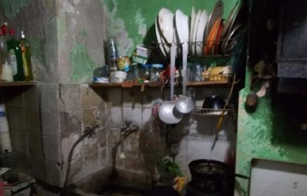 MONCALIERI - Vivevano tra rifiuti ed elettrodomestici pericolosi: i carabinieri li sgomberano