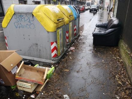 NICHELINO - Non si arrestano gli abbandoni dei rifiuti: un divano lasciato in via XXV Aprile