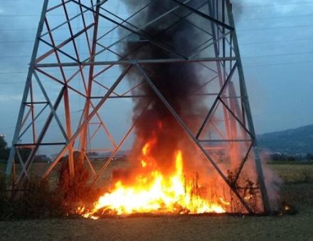 MONCALIERI - Cumulo di materassi dati alle fiamme in via Freylia