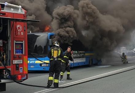 BEINASCO - Prende fuoco un autobus di linea: lautista blocca il mezzo e salva i passeggeri  - FOTO
