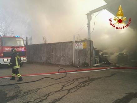 ORBASSANO-TORINO - Incendio strada del Portone, Arpa assicura: «Aria non inquinata»