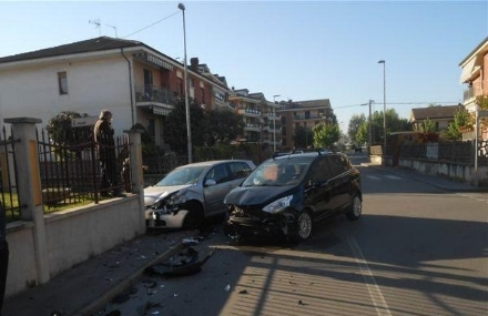CARMAGNOLA - Spettacolare incidente allincrocio fra via Einaudi e via Fermi. Golf contro un muro