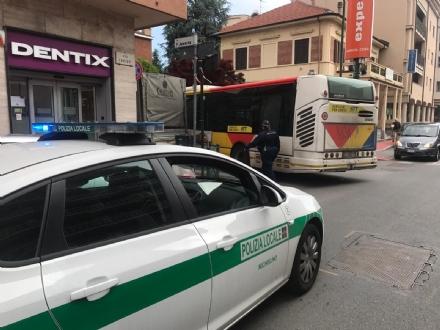 NICHELINO - Camion in divieto paralizza la circolazione in via Torino
