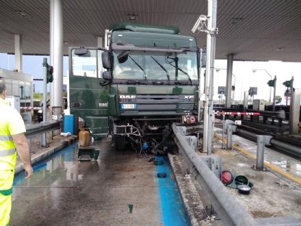 TROFARELLO -Tir si schianta contro la barriera del telepass: disagi al casello