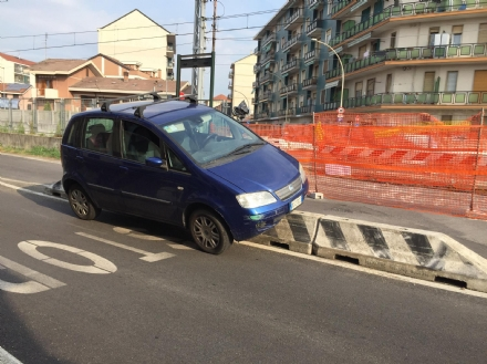 NICHELINO - Distratta dal cantiere finisce in bilico sullo spartitraffico