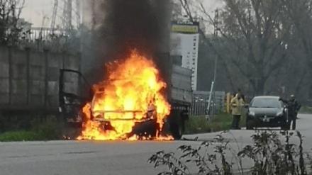 BEINASCO - A fuoco camioncino vicino la circonvallazione di Borgaretto