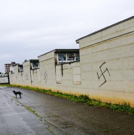 BEINASCO - Raid neonazista sul muro di cinta del cimitero