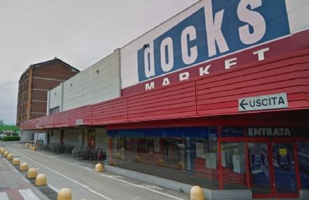 NICHELINO - Usano il furgone per sfondare lingresso del Docks Market, ma fuggono a mani vuote
