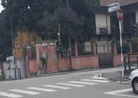 PIOSSASCO - Incidente nella notte: demolito semaforo e muro di una casa