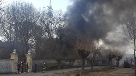 ORBASSANO-TORINO - Incendio devasta il capannone di unazienda: colonna di fumo nero impressionante - FOTO