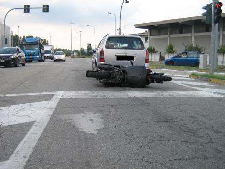 LA LOGGIA - Motorino si schianta contro auto: ferito il conducente