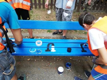 RIVALTA - I ragazzi rinunciano alle ferie per dipingere panchine e riparare i beni pubblici