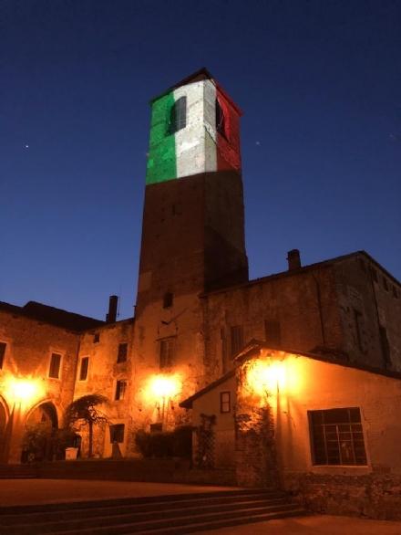 CARMAGNOLA - Dopo Moncalieri, anche la città del Peperone illumina con il tricolore il municipio
