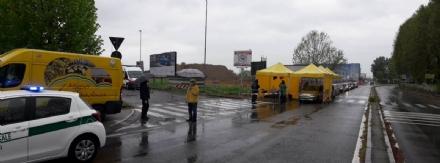 NICHELINO - I gazebo gialli di Coldiretti per fare i tamponi al riparo dalla pioggia