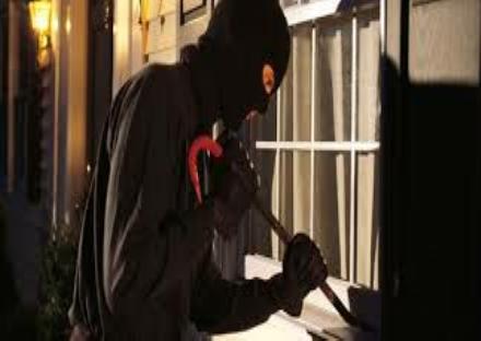 LA LOGGIA - Ladri scatenati in via Bistolfi: garage e appartamenti nel mirino