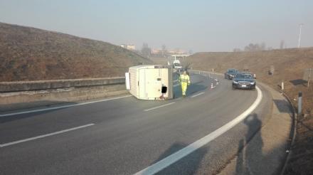 BEINASCO - Paura in tangenziale: furgone si ribalta per lalta velocità