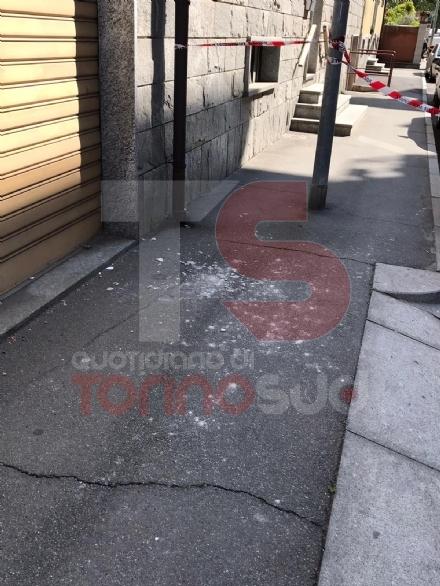 NICHELINO - Riapre il mercato, ma accanto alla fila crolla il cornicione di un palazzo