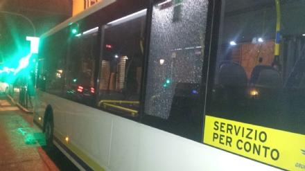 MONCALIERI - Autobus ex Ca.Nova preso a sassate al capolinea in stazione