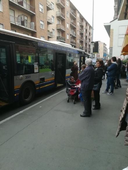 NICHELINO - Litiga con lautista dellautobus, scende e prende a calci il pullman