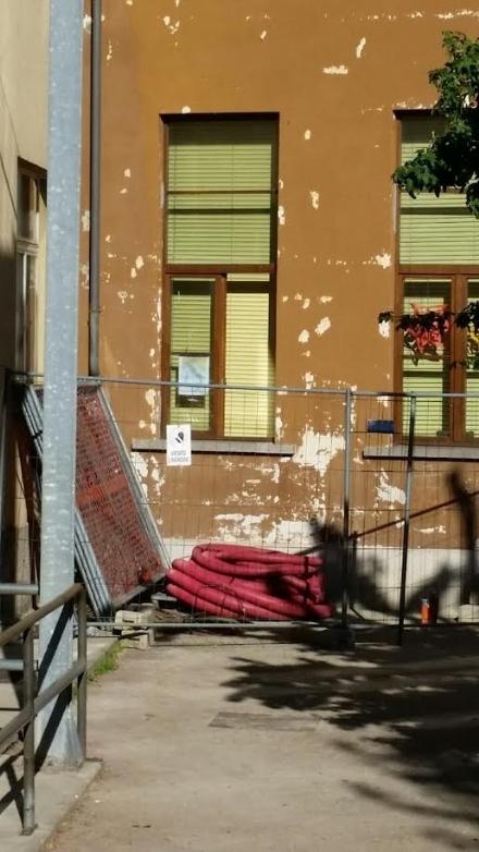 RIVALTA - Crollo finestra alla scuola, il sindaco Marinari: «Fermi di sicurezza a tutti i serramenti»