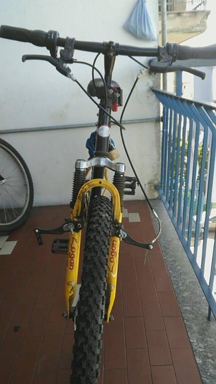 NICHELINO - Urta con lauto un 15enne in bici sulle strisce pedonali, lo sgrida e poi se ne va