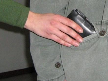 NICHELINO - Nuovo colpo della truffatrice che ruba i portafogli abbracciando le sue vittime