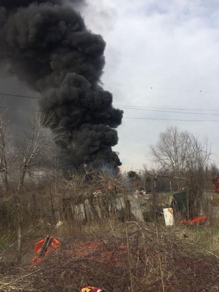 BEINASCO - Brucia una baracca piena di rifiuti: colonna di fumo visibile a chilometri