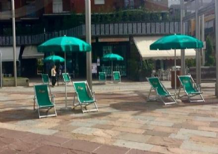 NICHELINO - Fallito lesperimento delle sdraio in piazza Di Vittorio: il Comune le ha ritirate