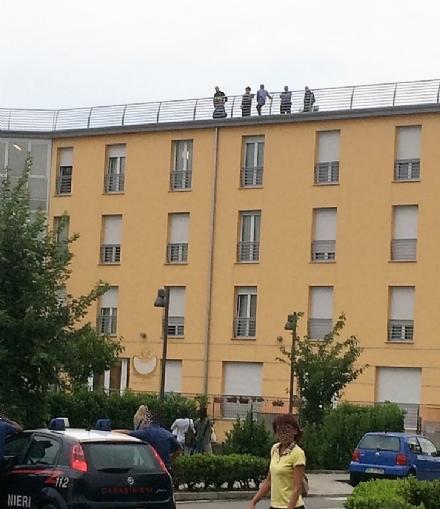VINOVO - Minaccia di lanciarsi dal tetto della casa di riposo: salvato dai carabinieri