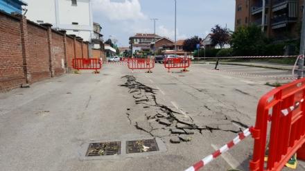 MONCALIERI/TROFARELLO - Troppa pressione delle tubature ed esplode lasfalto in via Rigolfo