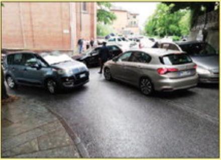 TROFARELLO - Tutti vogliono parcheggiare sotto la chiesa e la strada si blocca: arrivano i carabinieri