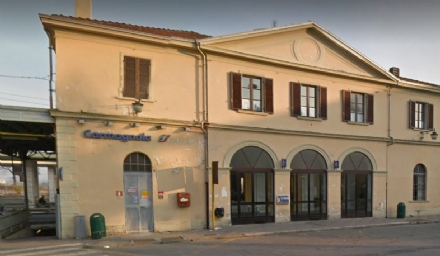 CARMAGNOLA - Si lanciano pietre lungo i binari della stazione, fermati cinque senegalesi