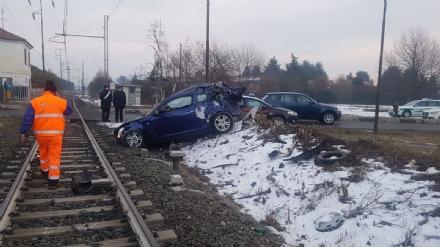 VINOVO - Incidente ferroviario: treno in corsa travolge unauto ferma sui binari. Tragedia sfiorata