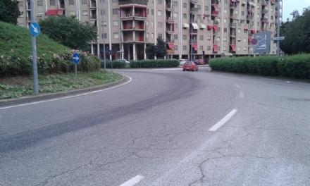 NICHELINO - Si buca il serbatoio di un autobus e la strada diventa scivolosa